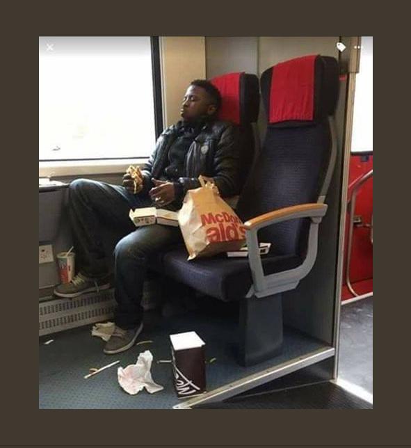 Noir dans un bus.png